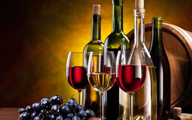 Photo ofgrapes and glasses of wine - Education Abroad winemaking in Italy